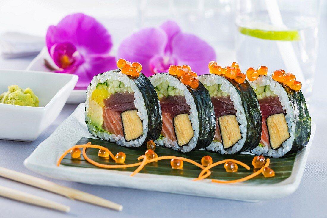 Futomaki Sushi mit Omelett, Thunfisch, Lachs, Avocado und Gurke