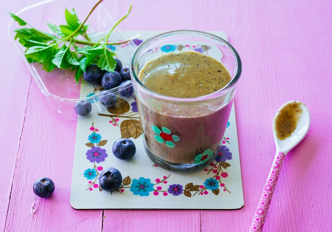 A banana and blueberry smoothie with xylitol, ground elder and kohlrabi leaves