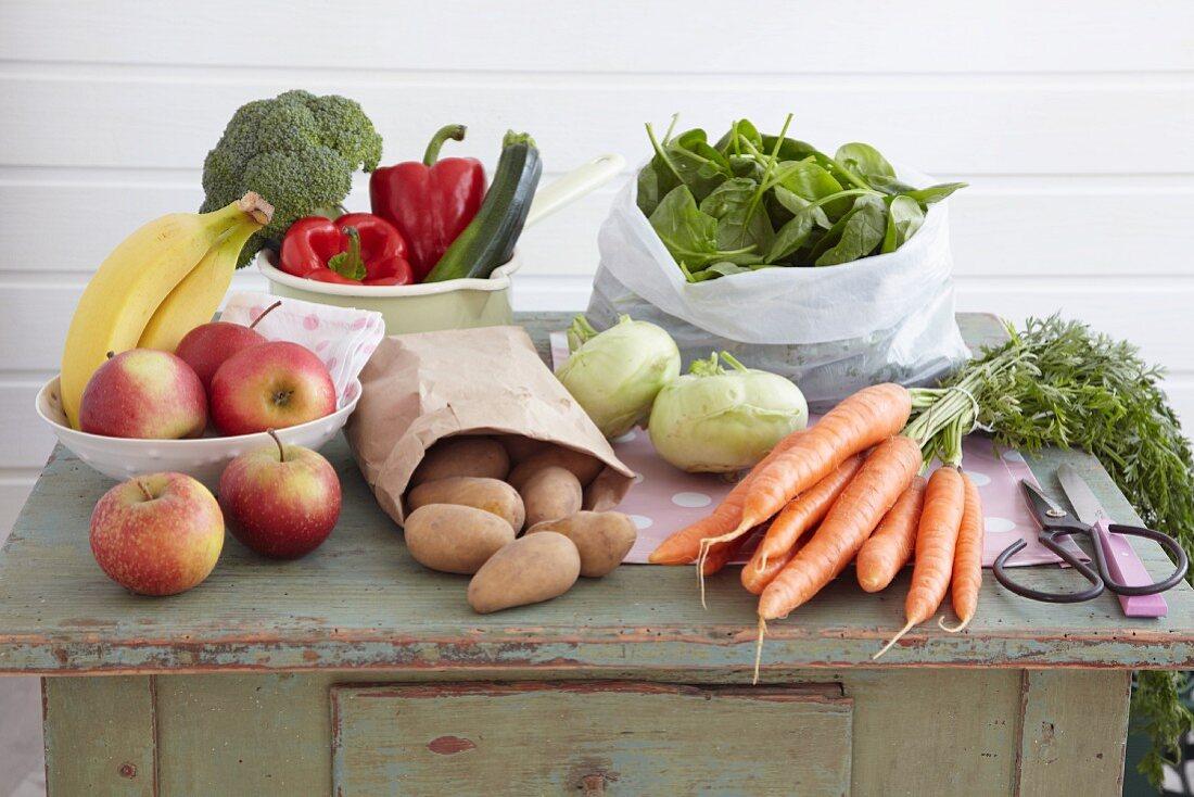 Stillleben mit Gemüse und Obst auf einem Vintage-Küchenschrank