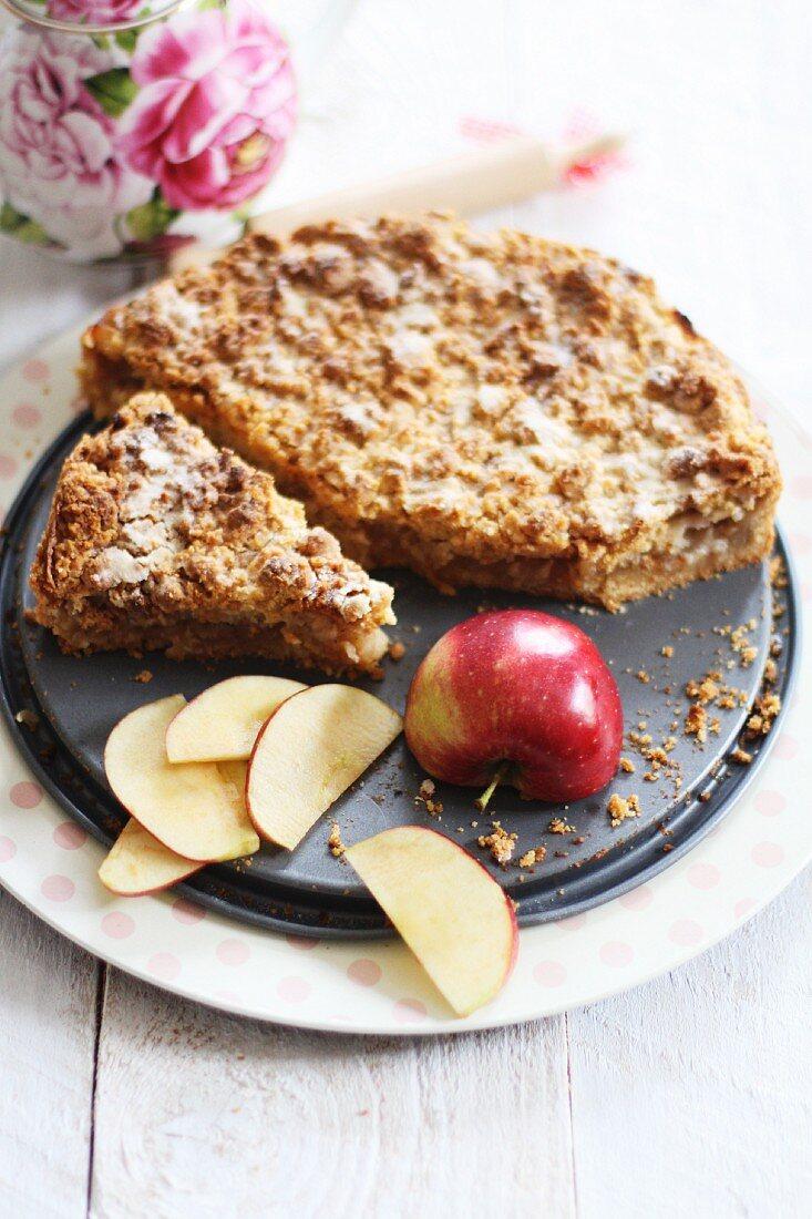 Apfelkuchen und frischer Apfel