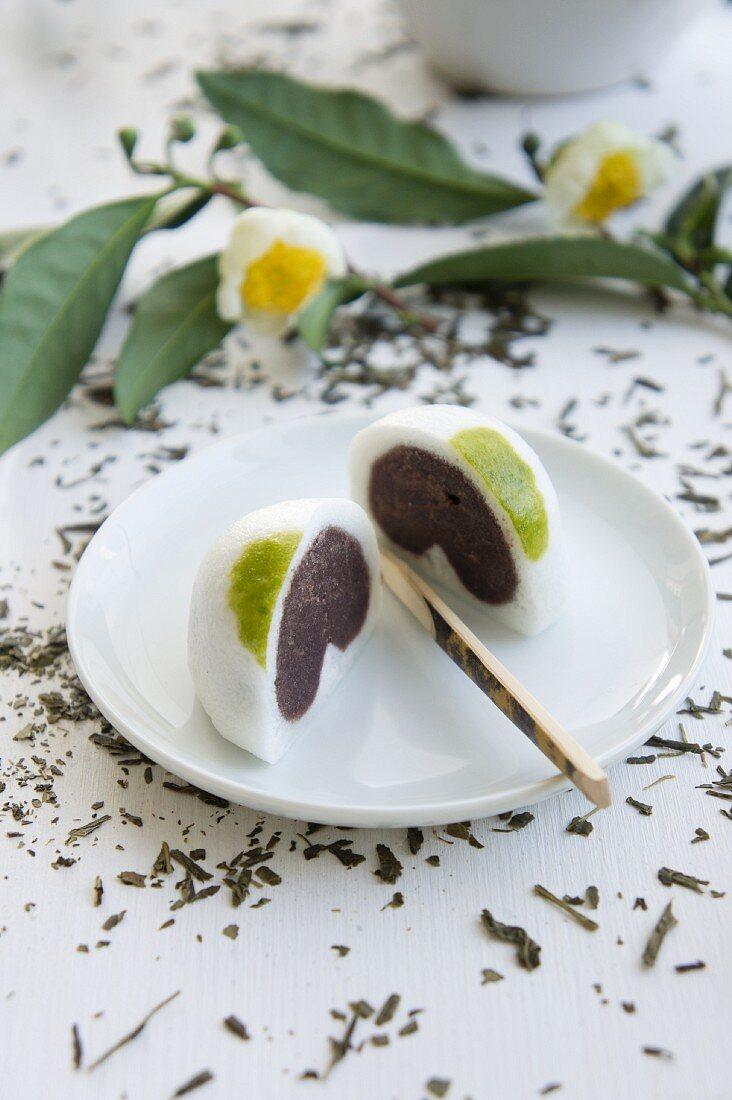 Daifuku Mochi (Bällchen aus Mochi und Anko, Japan) auf Teller