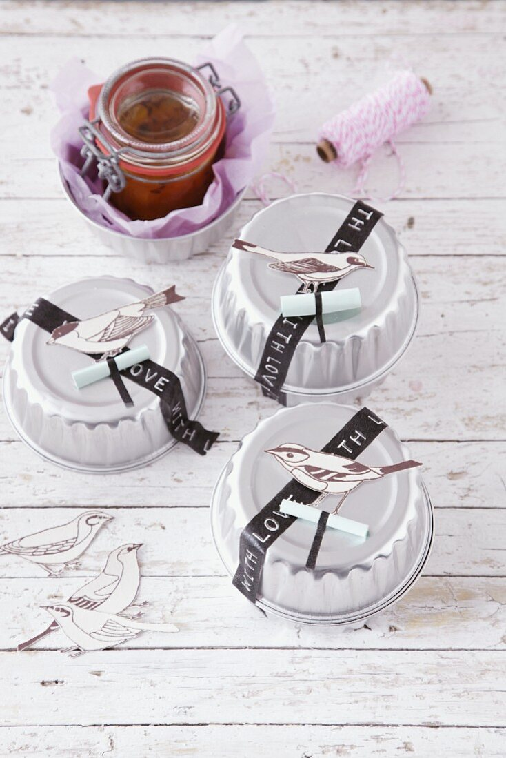 Jam in decorated baking tins as a gift