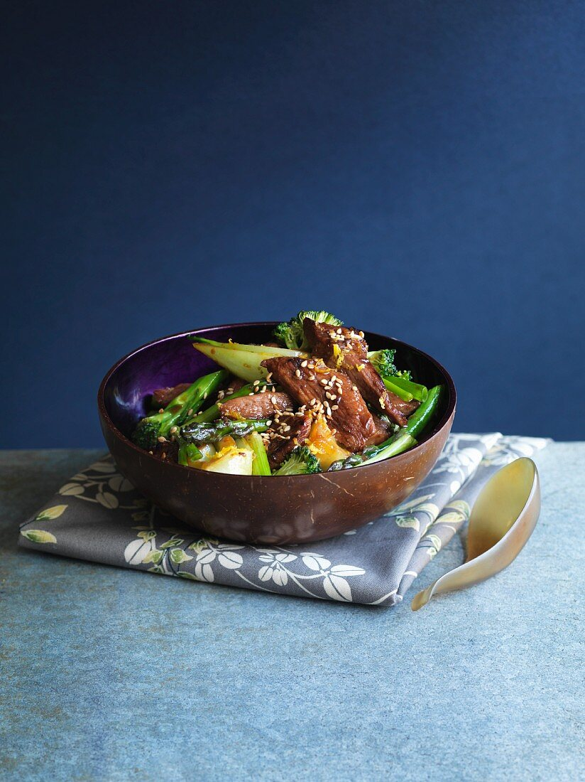 Fried duck strips with oranges, honey, asparagus and broccoli (Asia)