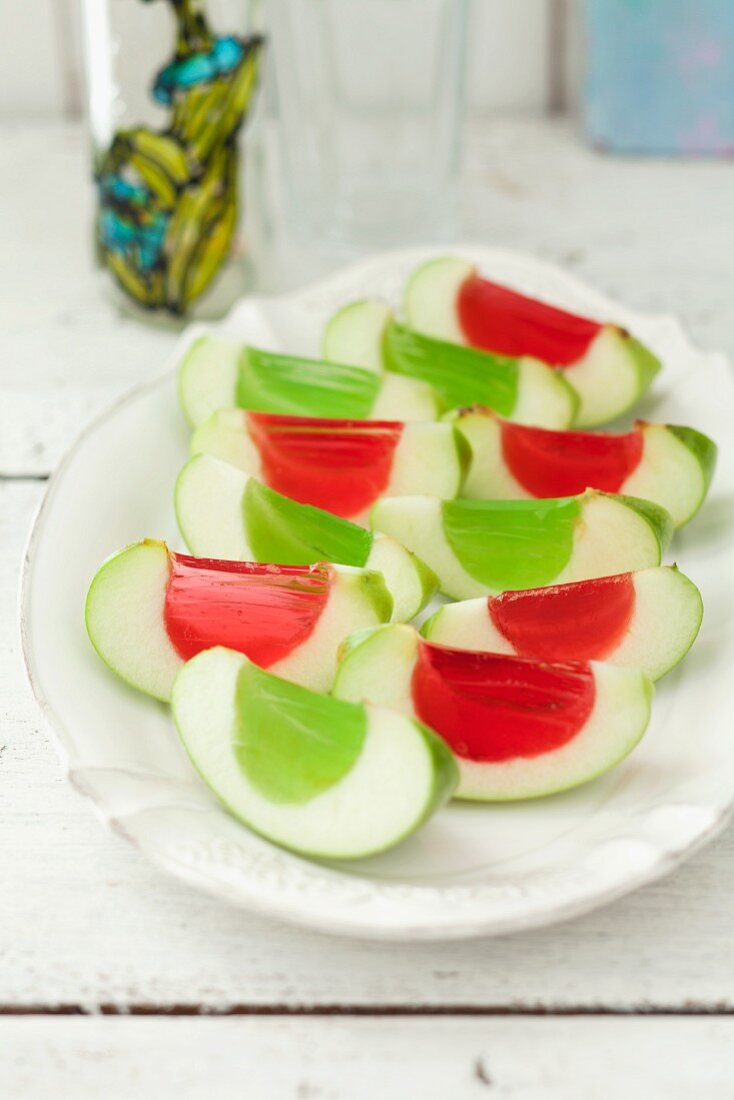 Apple wedges with fruit jelly