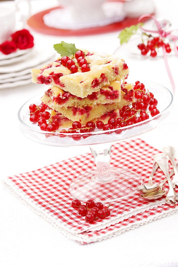 A summery redcurrant cake under a glass cloche
