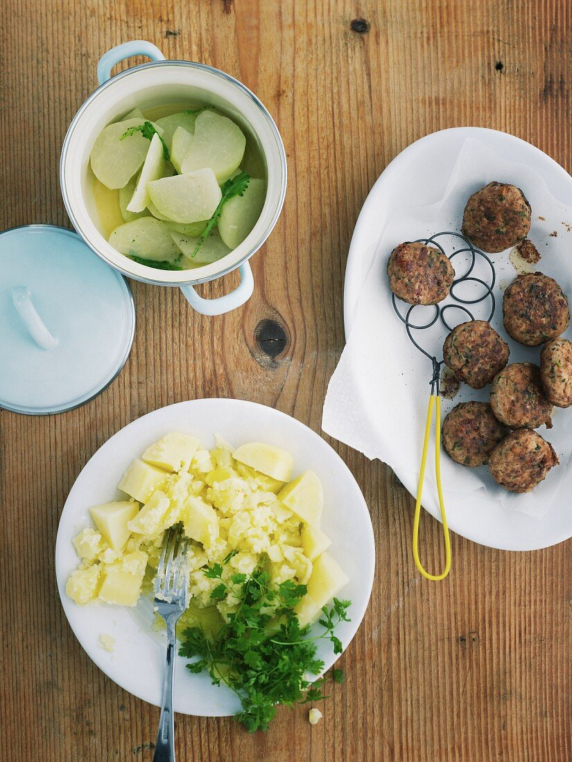 Kohlrabi medley with veal meatballs and mashed potatoes