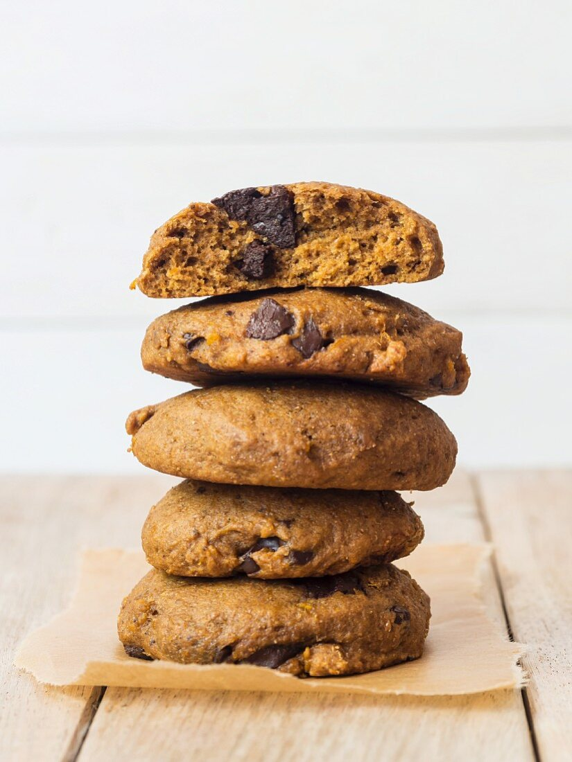 Whole grain vegan spelt pumpkin cookies with chocolate chips