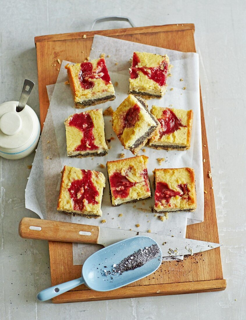 Cheesecake with poppy seeds and jam