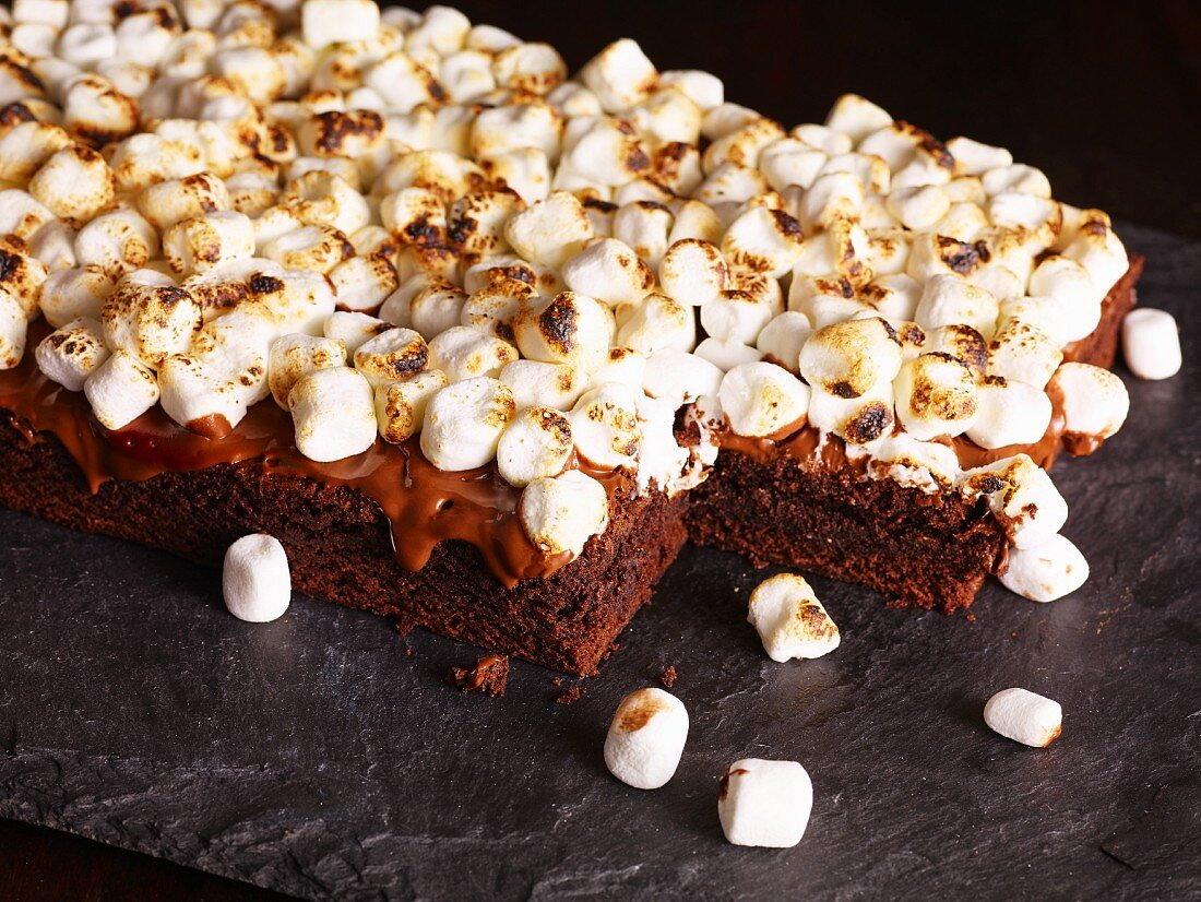 Gratinated brownies with marshmallows