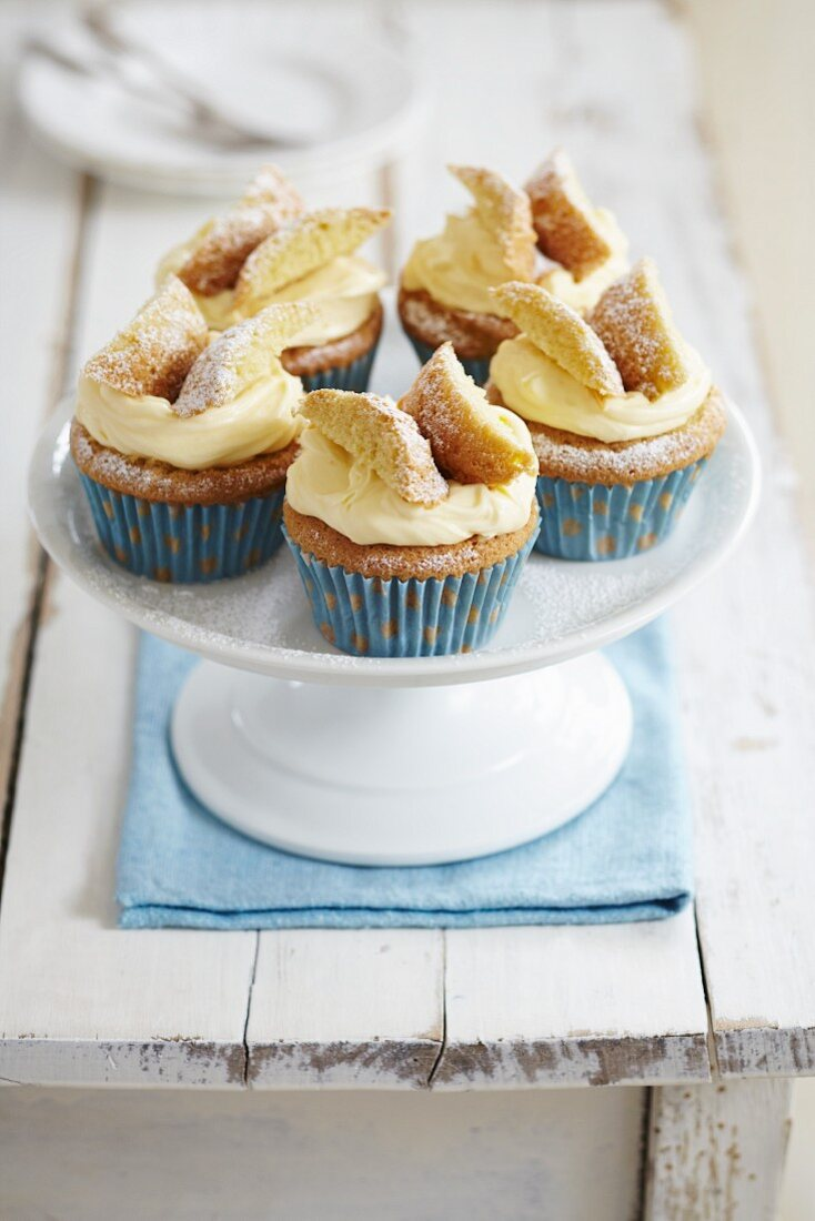 Sponge butterfly cakes with vanilla frosting