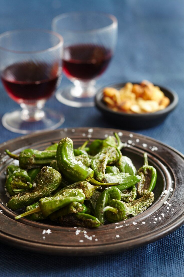 Roasted green chilli peppers with salt and red wine