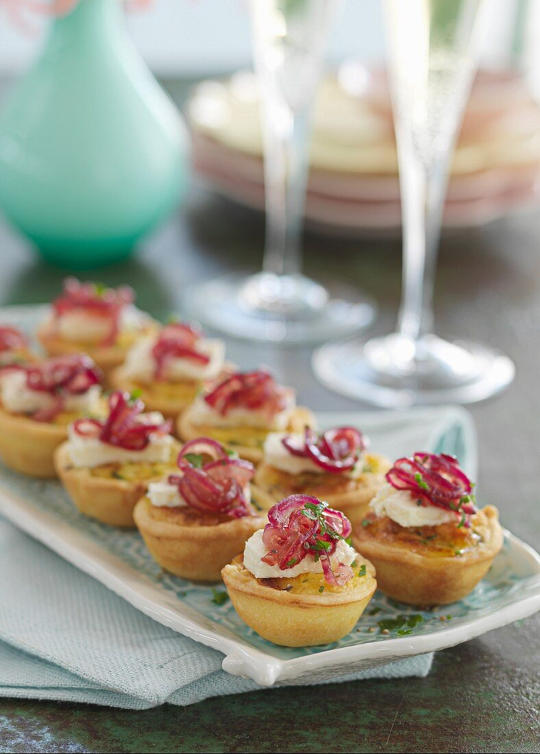 Savoury tartlets with cream cheese and caramelised onions
