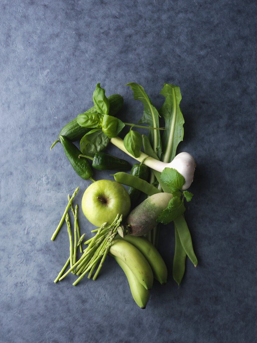 Green fruit and vegetables (seen from above)