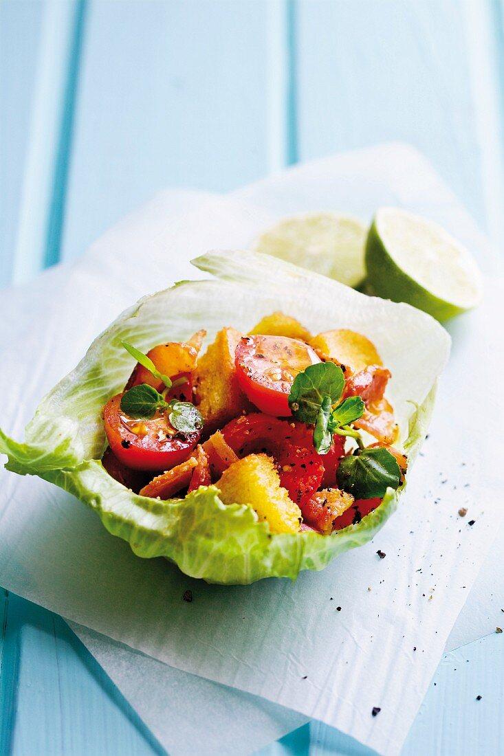 Tomatensalat im Salatblatt