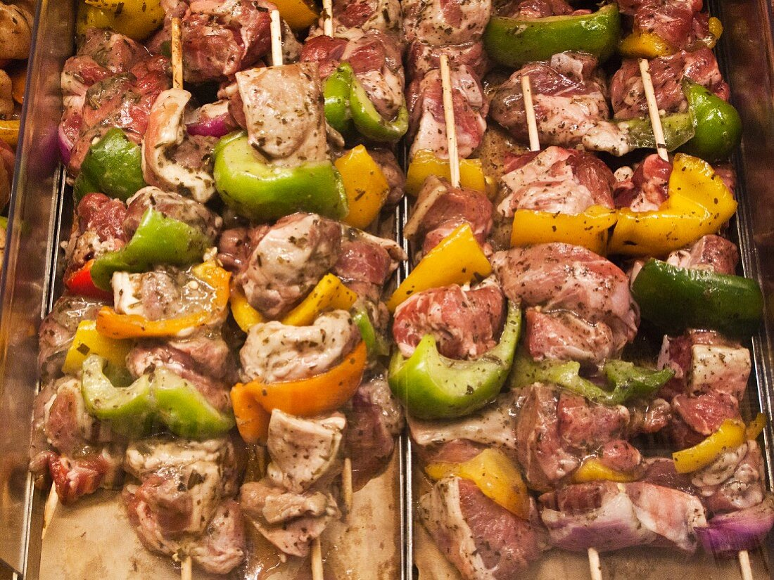 Raw lamb and pepper kebabs in a marinade