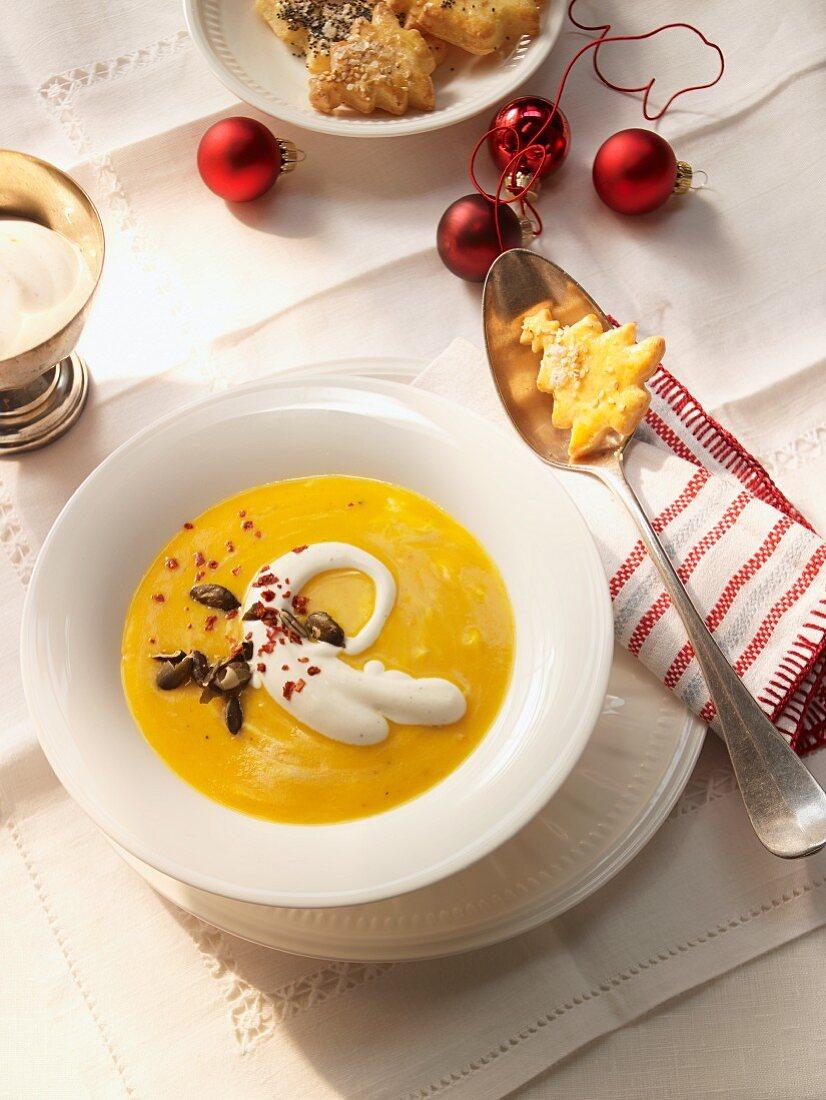 Pumpkin soup with vanilla cream and pumpkin seeds (USA)