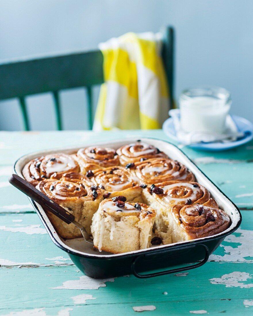 Cinnamon buns with raisins