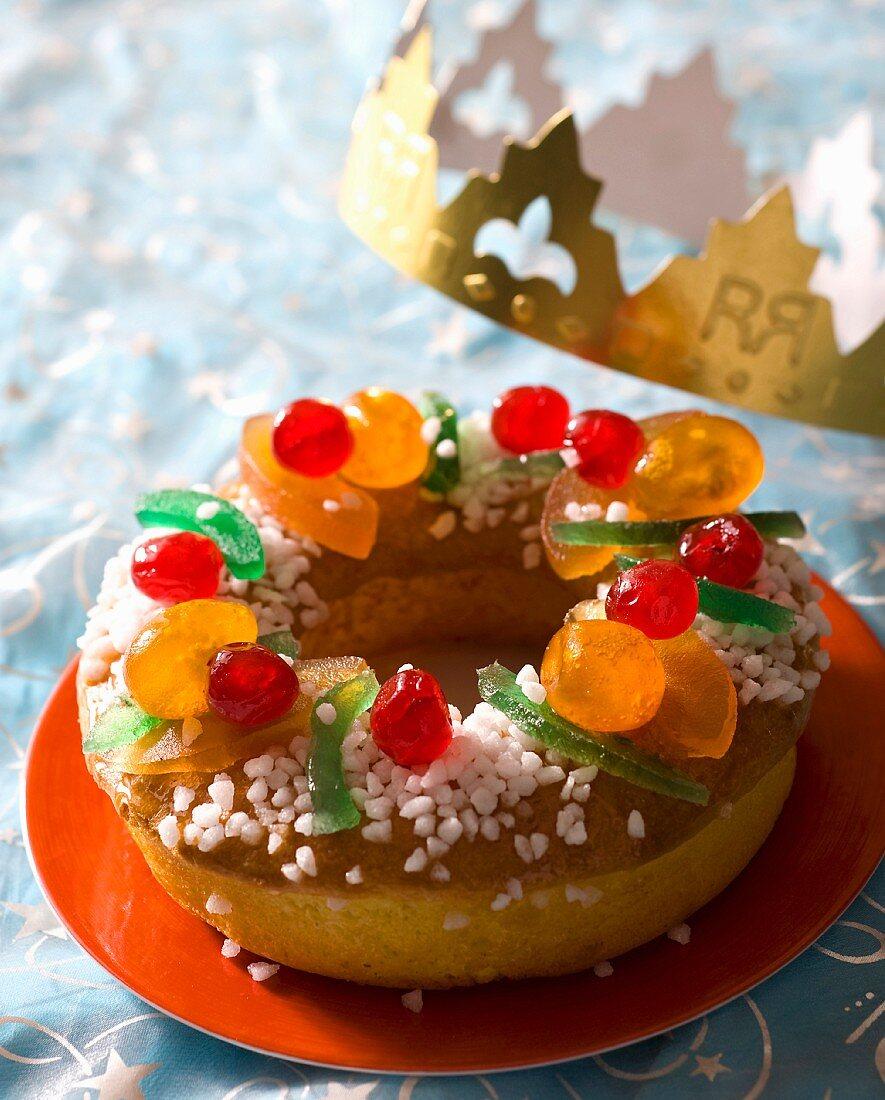 Dreikönigskuchen: yeast dough wreath with candied fruits