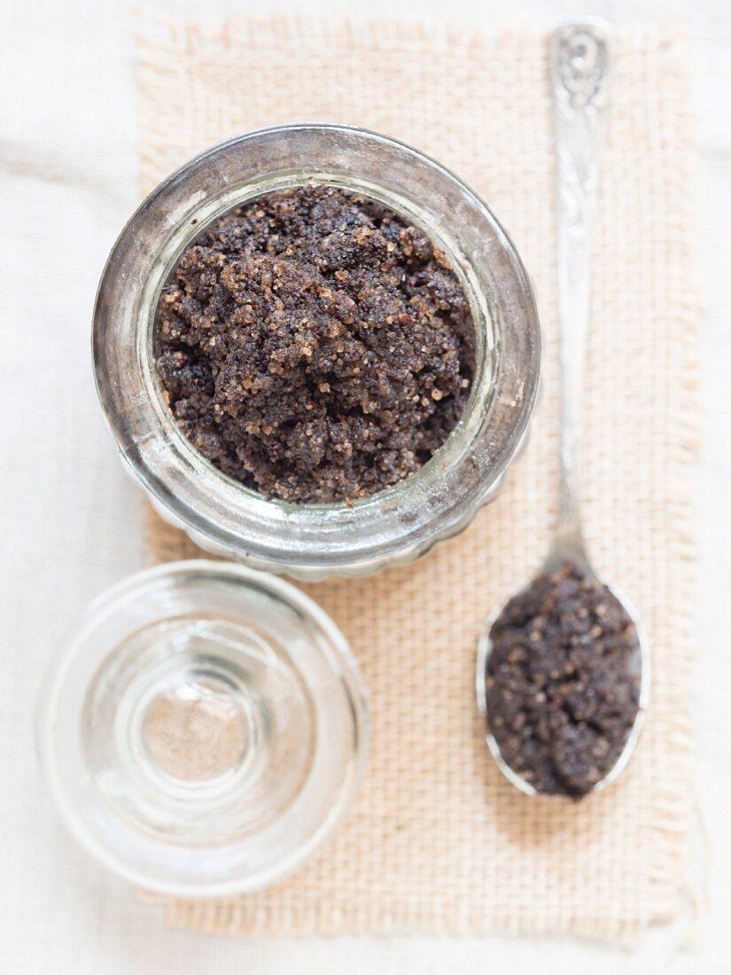 A homemade, anti-celulite exfoliation treatment made from coffee