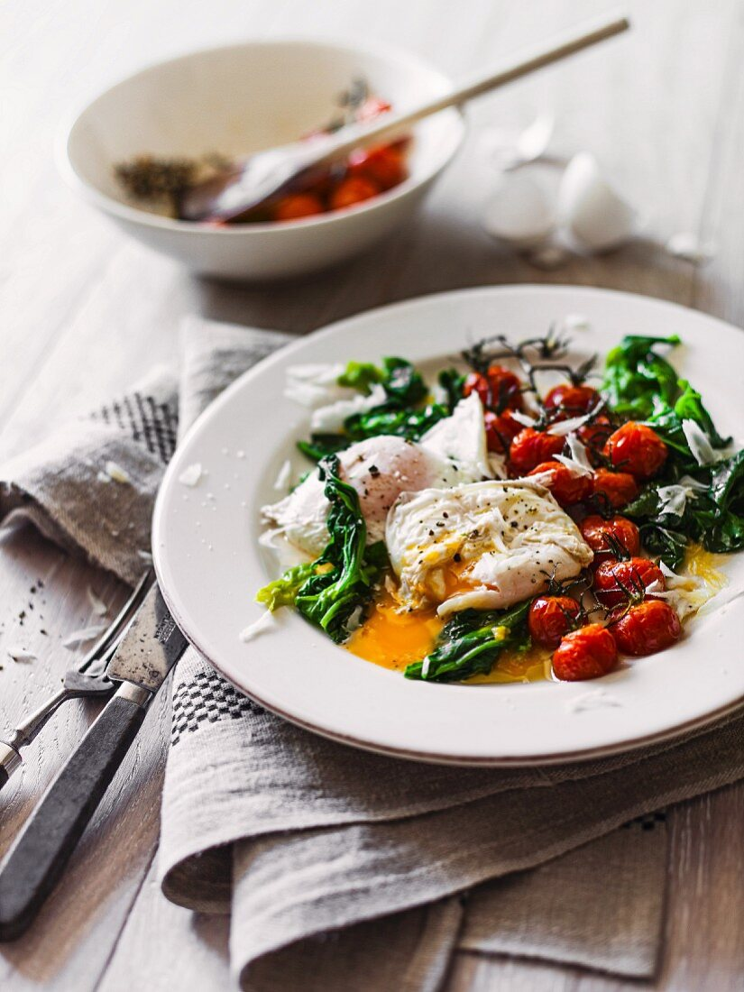Poached egg with spinach and oven-roasted tomatoes