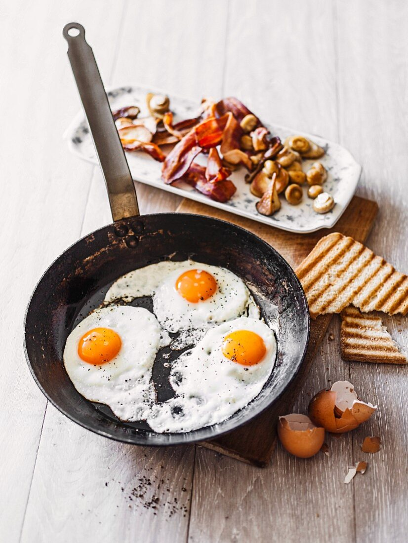 Fried eggs, bacon, mushrooms and toast