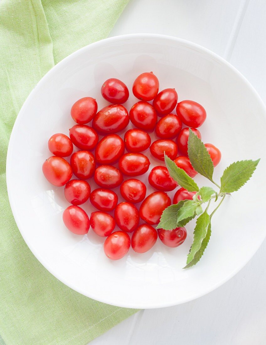 A plate of cherry tomatoes (seen from above)