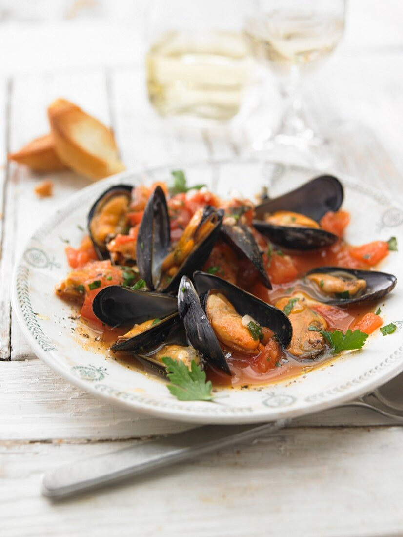 Mussels buzzara with breadcrumbs and tomatoes