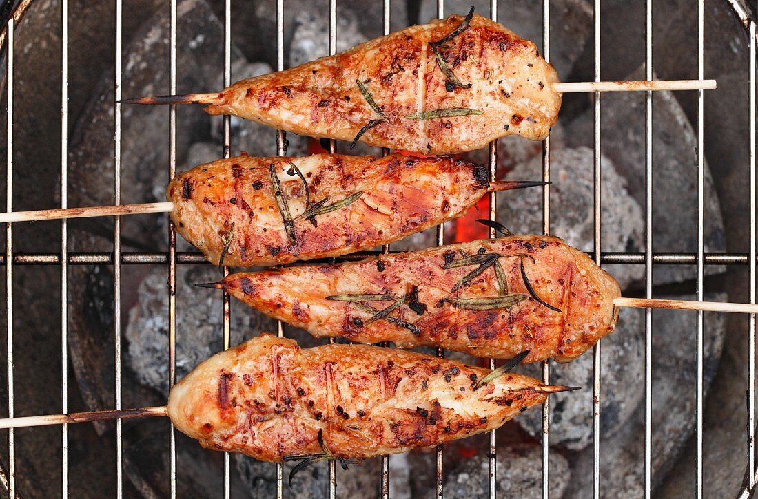 Chicken skewers on a barbecue (seen from above)