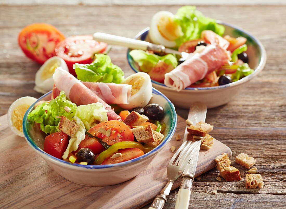 Aragoneser Salat (Eichblattsalat mit Tomaten, Paprika, Ei, Oliven und Serranoschinken)