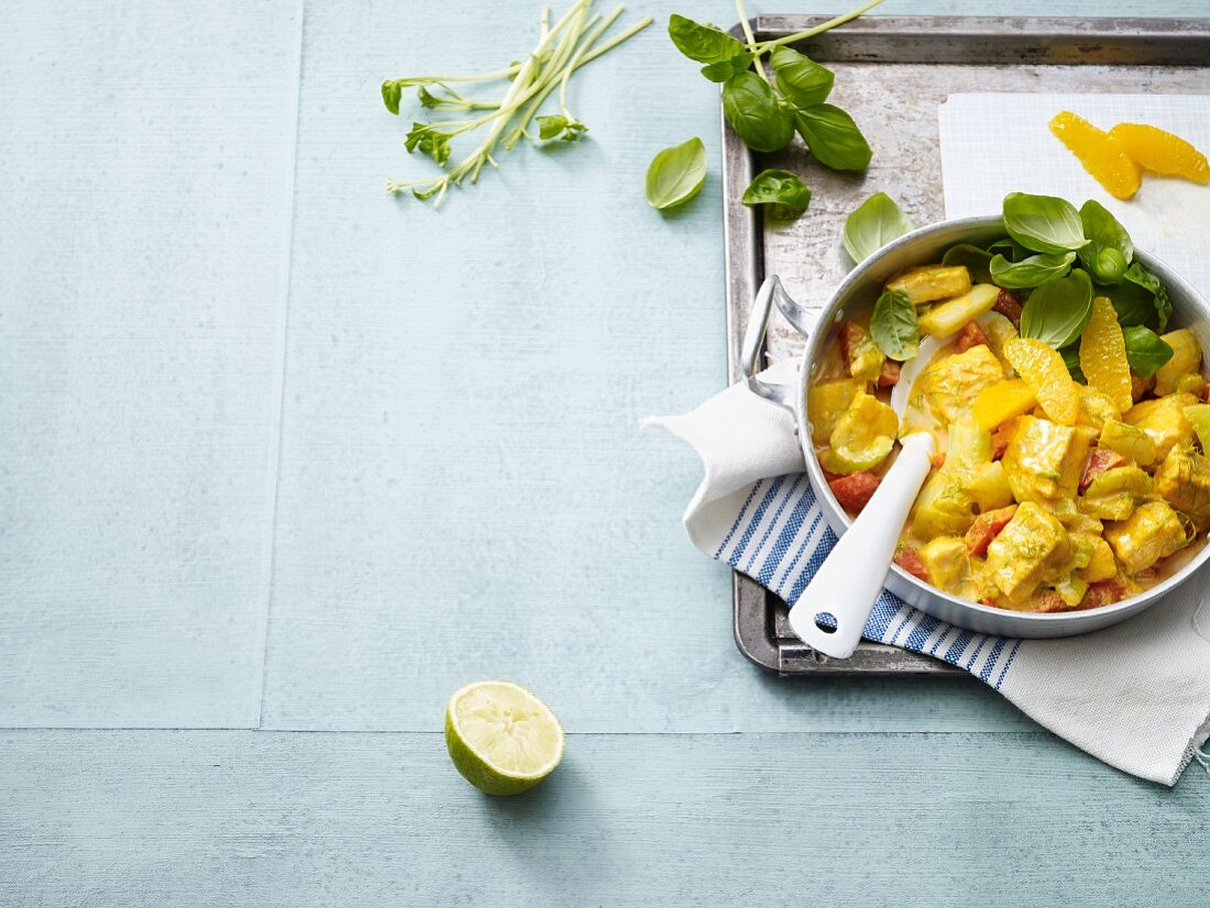 Yellow fish curry with oranges and fennel (low carb)