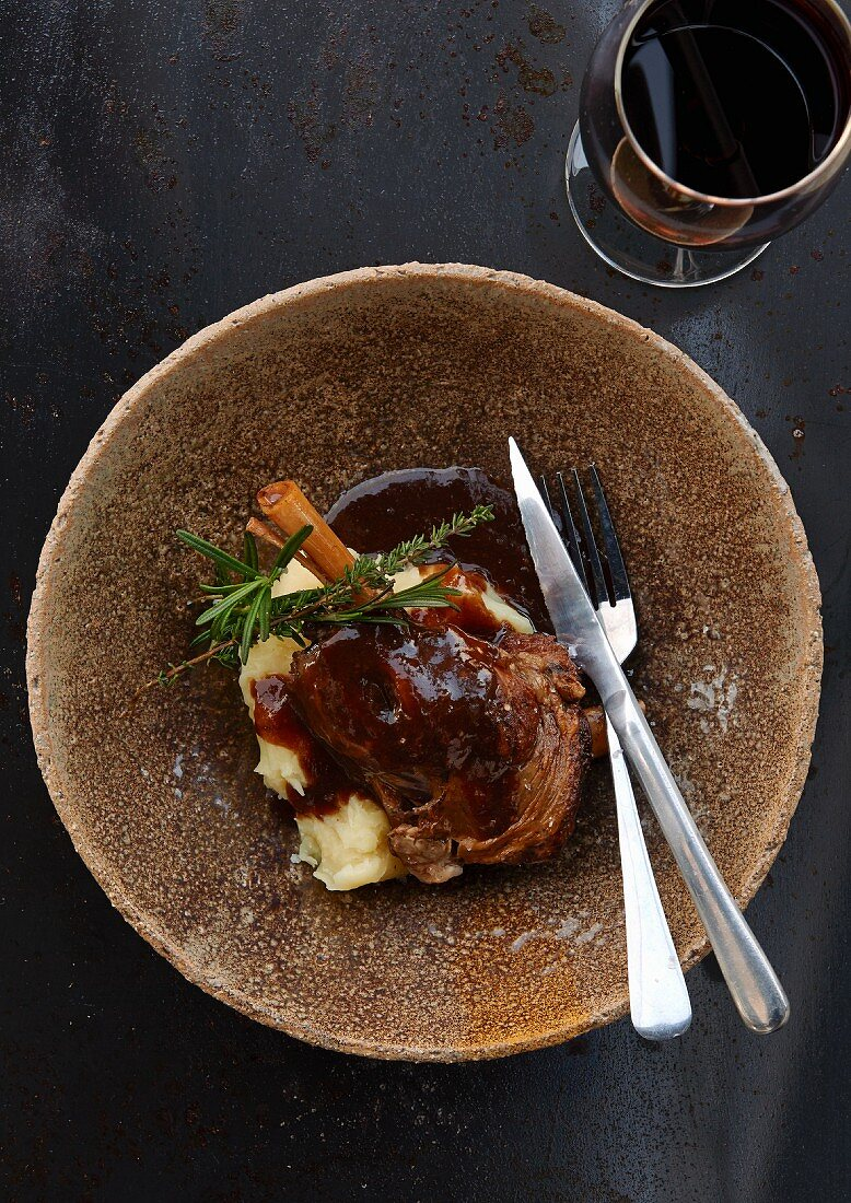 Knuckle of lamb on mashed potatoes with red wine gravy