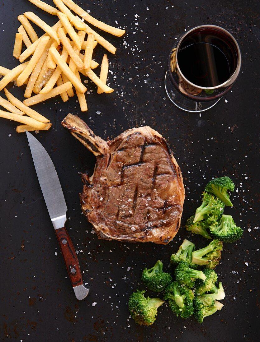 Prime Rib Steak mit Pommes frites und Brokkoli