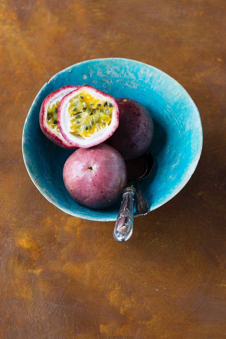 Passion fruits in a blue ceramic bowl