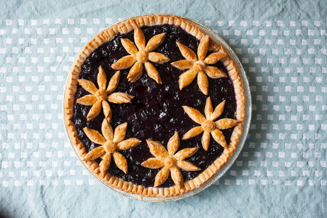 Little Red Fox Pie with blueberries and pastry flowers (USA)