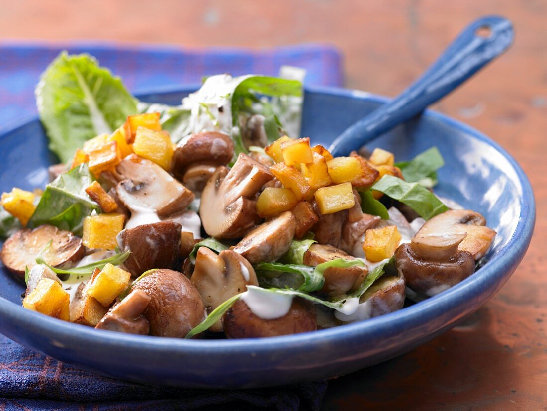 Mushrooms with potato cubes and sour cream
