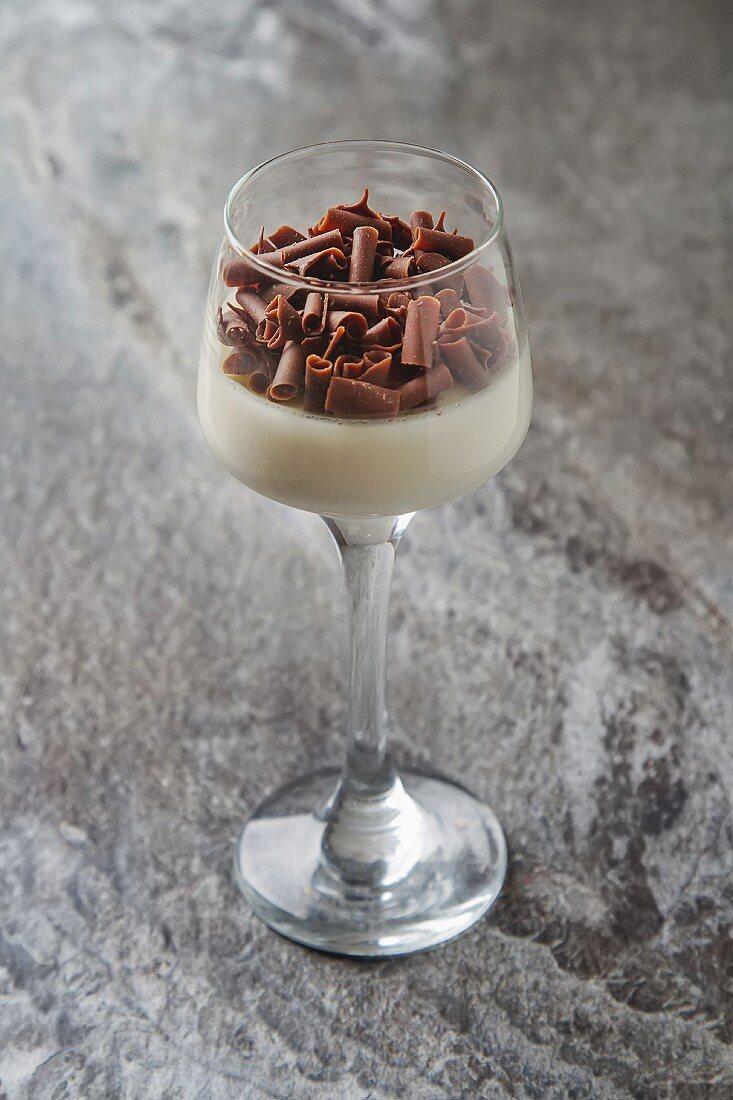 Panna Cotta mit Schokoraspeln in Dessertglas