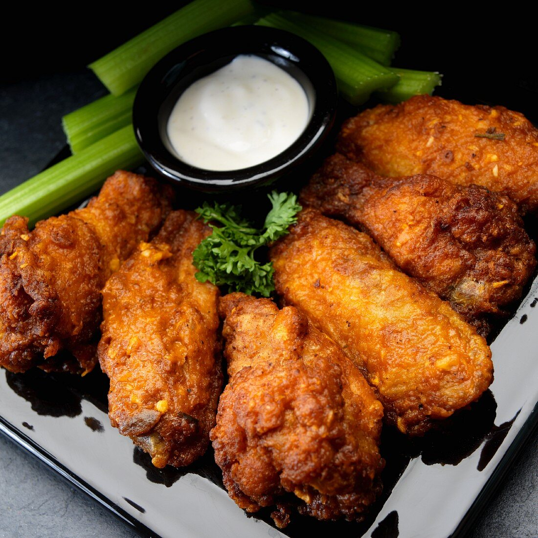 Buffalo Chicken Wings mit Knoblauch, Staudensellerie und Ranch Dressing