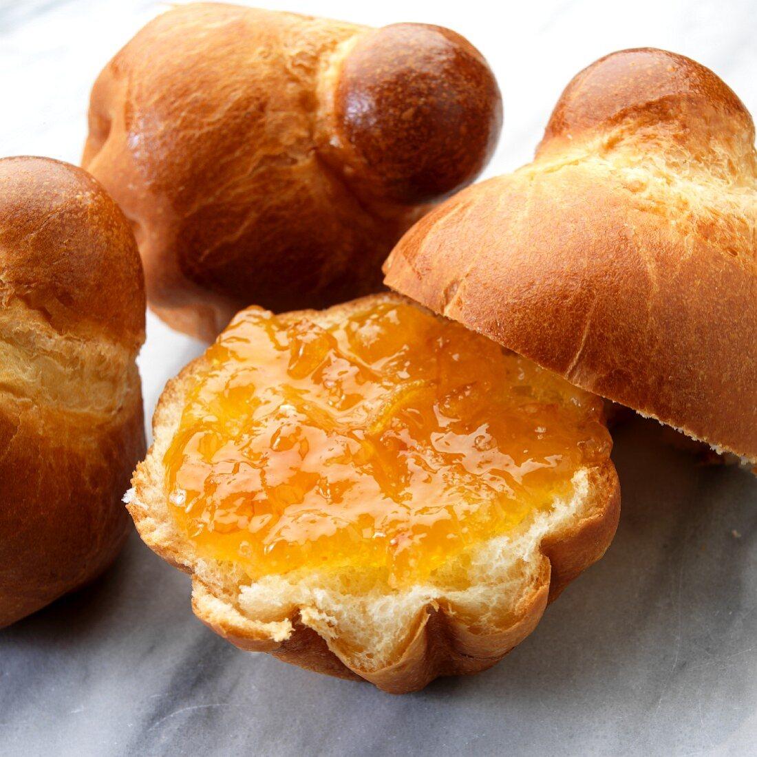 Brioche with orange marmalade (close-up)