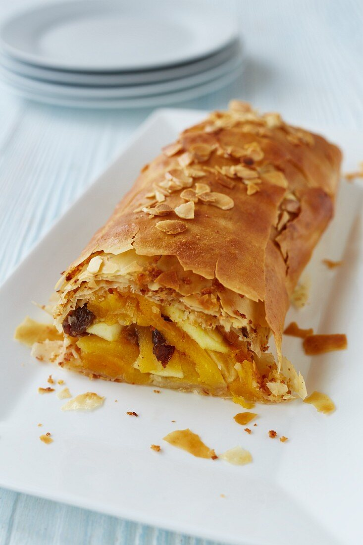 Apricot strudel with flaked almonds