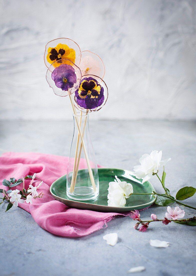 Selbstgemachte Lollies mit Stiefmütterchenblüten