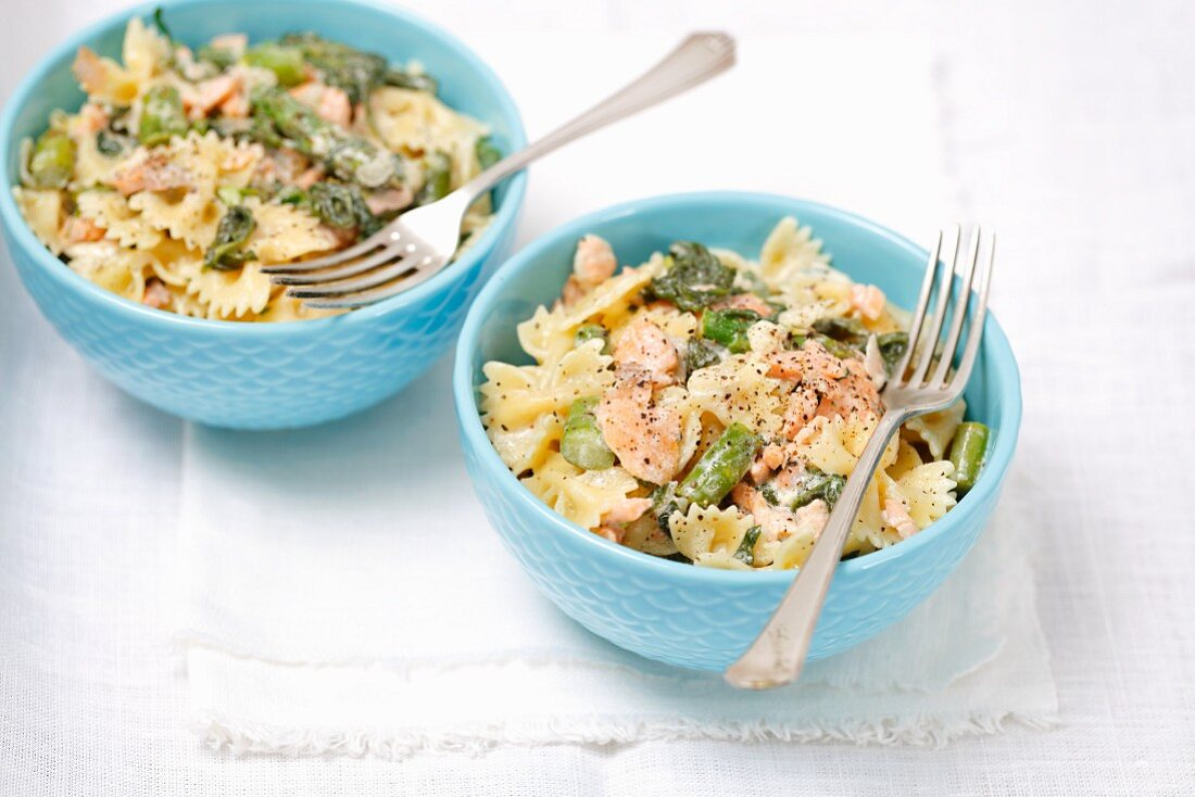 Farfalle with spinach, asparagus, smoked salmon and cream
