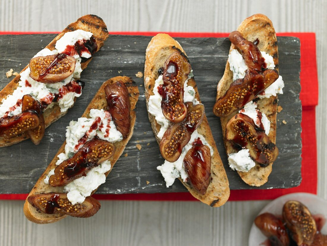 Baked fig bread with ricotta, roquefort and red wine