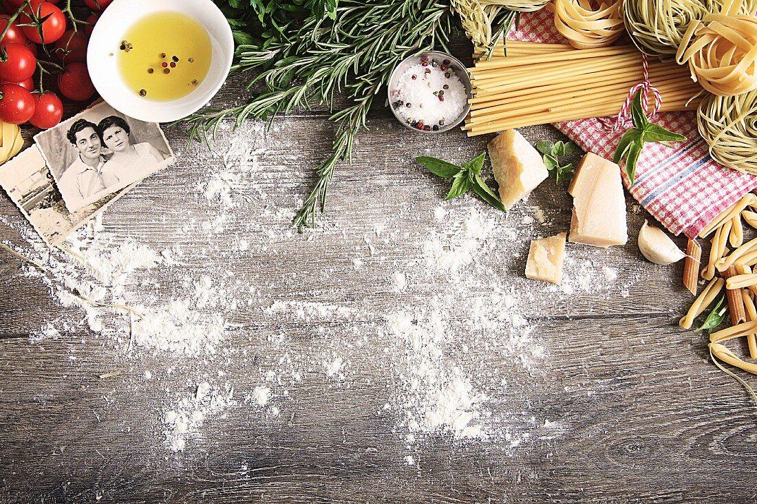 Stillleben mit typisch italienischen Lebensmitteln und Familienfotos auf Holztisch