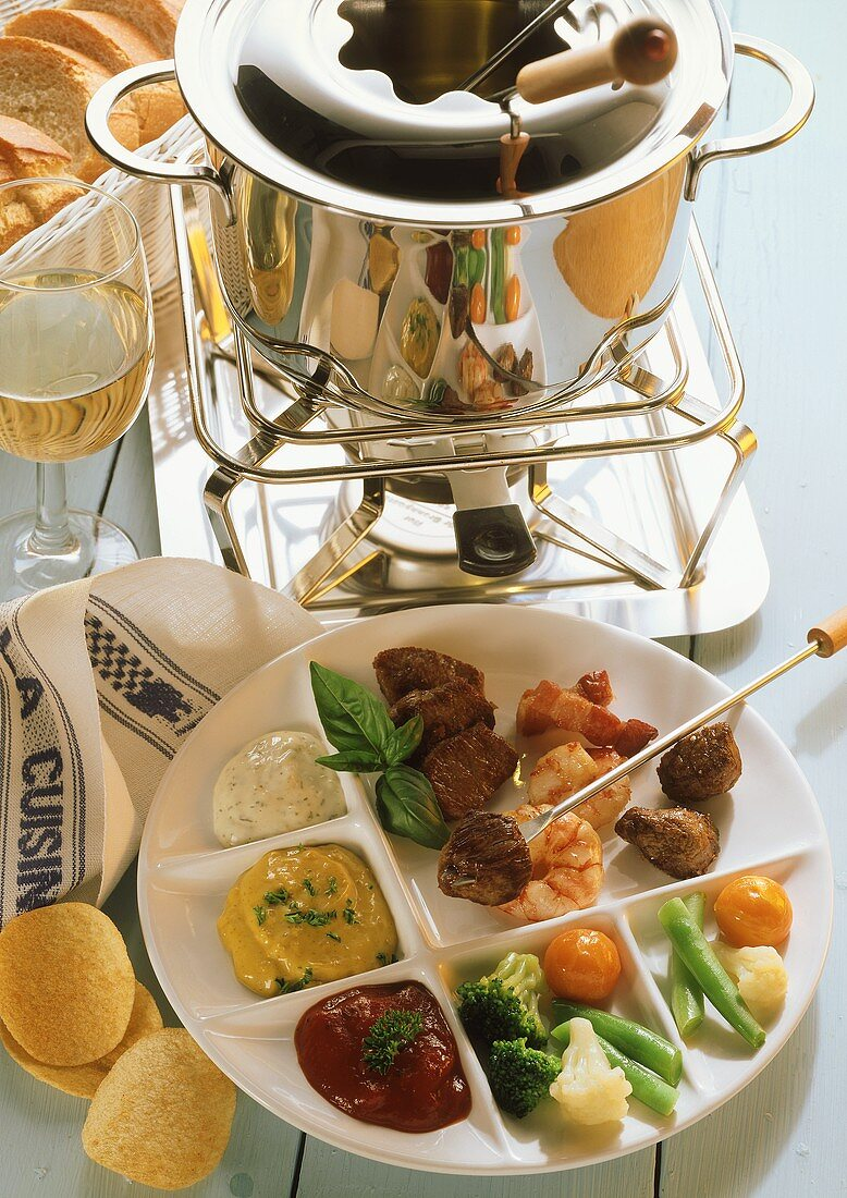 Mediterranean fondue: diced meat, crevettes, bacon, vegetables
