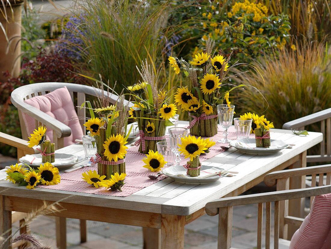 Tischdeko Mit Sonnenblumen Und Bild Kaufen 12168612 Friedrich Strauss Gartenbildagentur