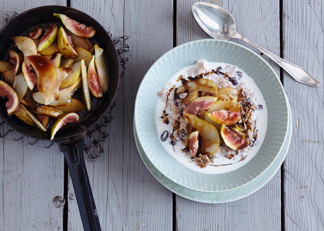 Quick and easy spelt porridge with pear and figs