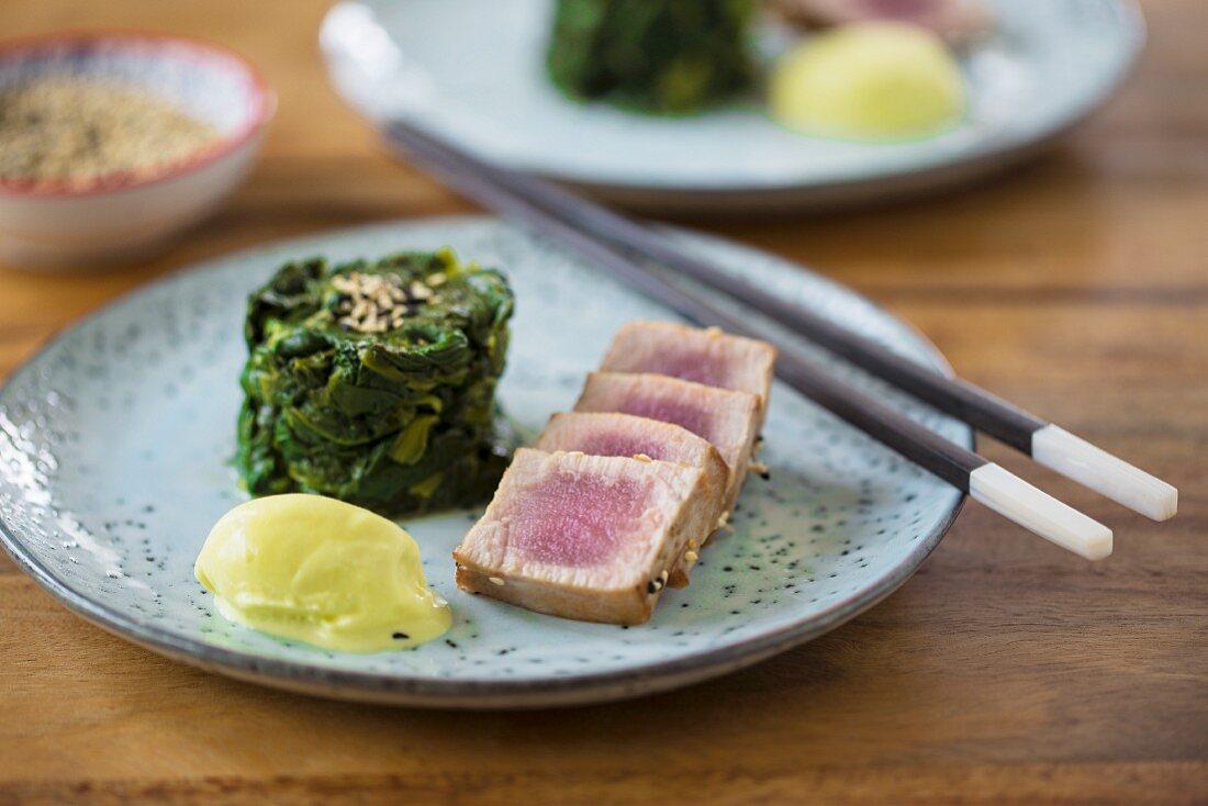 Tuna tataki with a spinach salad and wasabi eggs
