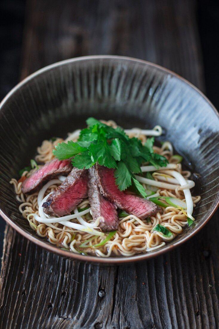 Ramen-Suppe mit Rindfleisch und Sprossen (Asien)