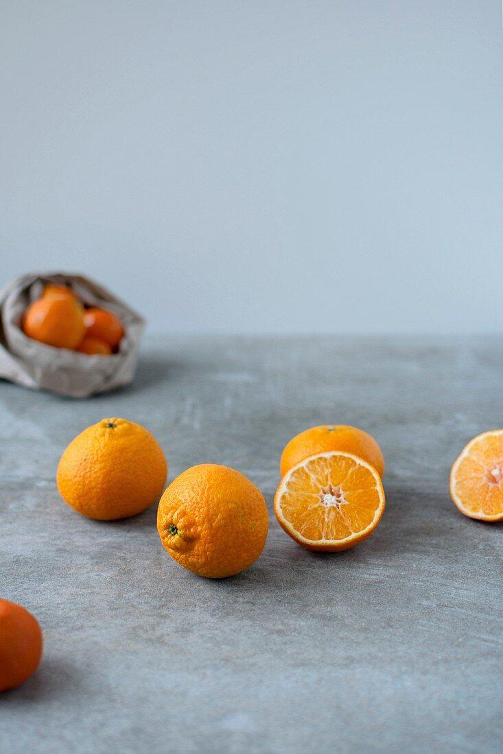 Mandarinen, ganz und halbiert