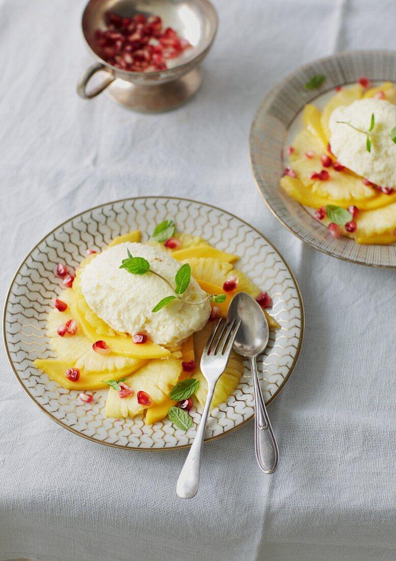 weiße Schokomousse mit Safran auf exotischem Frucht-Carpaccio